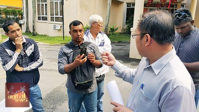 黄伟益(右)对两名警官(左及误2),一旦他们于警区主任传达讯息,促请警方严办此案。