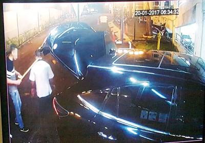 华青(左)于事发时,执着木棍恐吓保安员。