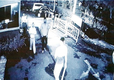 华青(眼前)以轿车泊好后,于早上7时许再操着木棍下来与保安员代表见面。