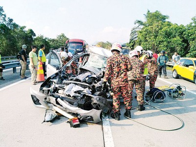 南北大道打巴休息中心附近路段1死3伤车祸,华裔司机当场夹毙在车。