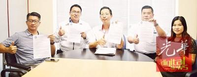 左起为蔡斯盛、王则渊、陈庆亮、韦仁忠及黄凤卿示出吉打州土地与矿务局所发出的信函。