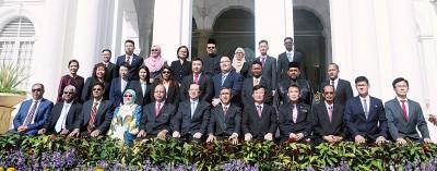 新届市议员与芭堤雅(前左4起)、槟州秘书拿督斯里法力占、林冠英、槟第一副首长拿督莫哈末拉昔、曹观友及市厅秘书尤端祥等人合影。