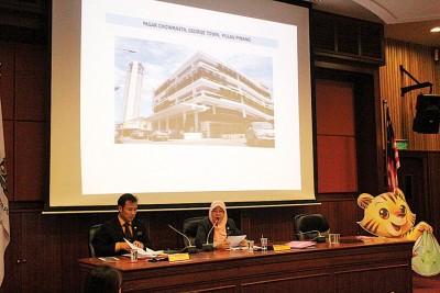 芭堤雅(右)在市政会议厅内召开记者会。旁为尤端祥。