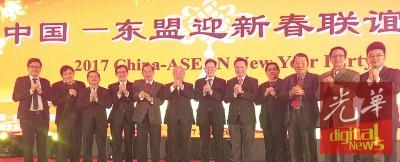 在林玉唐(左6)的带领下,全体理事向北京出席的贵宾祝贺。