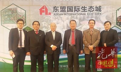 林玉唐(左3)与谢永安(左起)、郑荣兴、包久星、杨有伟及洪文杰合影留念。