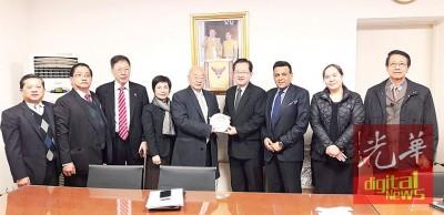 林玉唐(左5起)赠送纪念品予泰王国驻华商务处游慕贤公使。