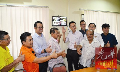 峇冬丁宜新村闭路电视正式启用,防范村内罪案发生。左3起沈志强、巫春光、李凯伦。