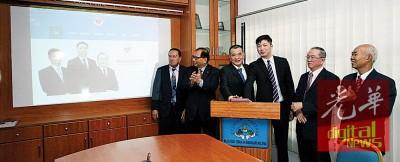 陈良成、陈德钦及卓良飞为槟州抗癌协会网站及专页主持推展礼。