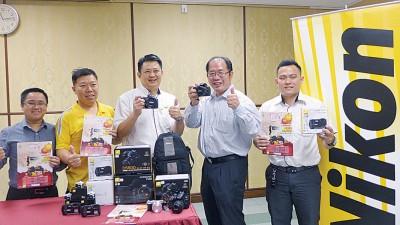 黄伟益连同郑振辉(左2)展示幸福灯会摄影赛奖品;左3林顺明;右1林宗彬;左1王宇航。
