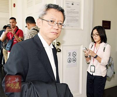 辩方代表律师梁伟宏在案件结束后步出法庭。