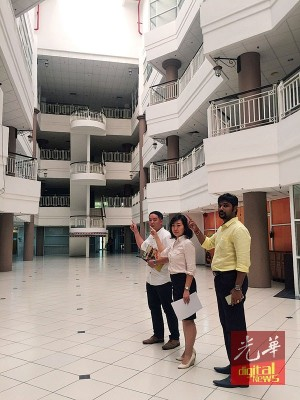 张锦菁(中)在陈侑杰(左)及普文的陪同下指出,玛央广场内许多办公室单位已空置多时,让人感觉宛如一座死城。