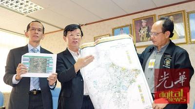 曹观友在苏布里(左)及阿南陪同下展示全槟11个主要黑区治水计划即起启动。