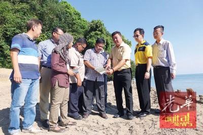 官员向吴俊强、魏祥敬、陈伟俊报告非法砍林侵占政府地行为。