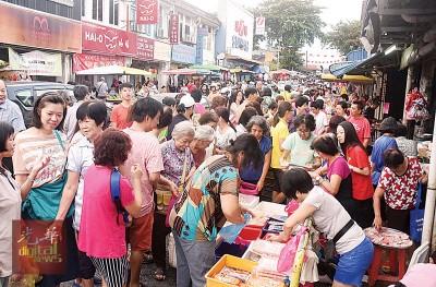 大众赶在新年前的尾声一个星期天办年货,没有依淡巴刹涌现满满的人头潮。