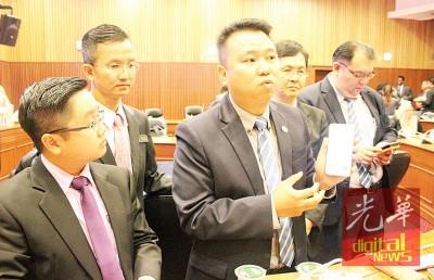 黄顺祥以数名市议员的伴随下举行记者会,连出示陈嘉亮所起的通告新闻。