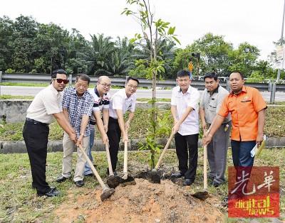 巫春光(左2起)、黄坤成、李凯伦及王泽钦一同主持植树活动。