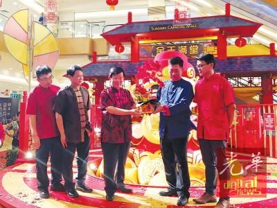 赵兴华(右2)赠送纪念品予曹观友,由胡兴祥(左起)、林明豪及杨錸青(陪同)。
