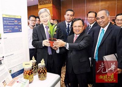 马袖强(右)在马来西亚棕榈油委员会(MPOC)主席拿督李耀祖陪同下巡视棕油相关的展场。