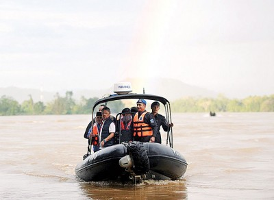 虽然水灾情况已缓和,彭亨州王储东姑阿都拉仍亲自乘船到疏散中心视察。