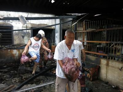 民众协助将供新年用的鱼虾搬离灾场。