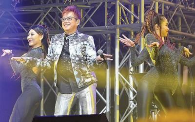 谭咏麟在台上又唱又跳,活力十足。