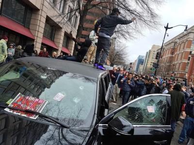 有示威者站到车顶上。
