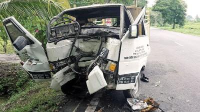 罗里失控撞树,车身严重变形。