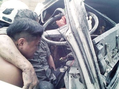 司机被夹在罗里内受伤。