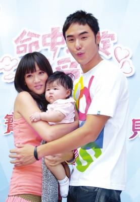 陈乔恩2008年演《命中注定我爱你》走红。右为阮经天。