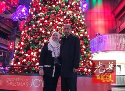 阿德南与妻子在圣诞树前合照,成了他脸书专页上传的最后一张照片。