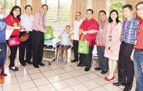 本报管理层与特易购高层为病老院老人提早庆新春。