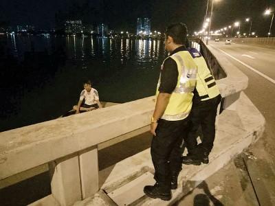大桥巡逻队员工劝阻男子放弃自杀意图。