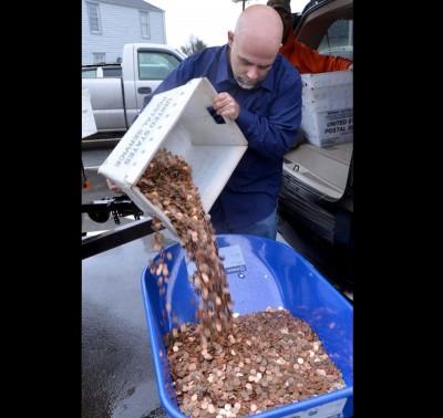 斯塔福德将硬币倒进单轮手推车。