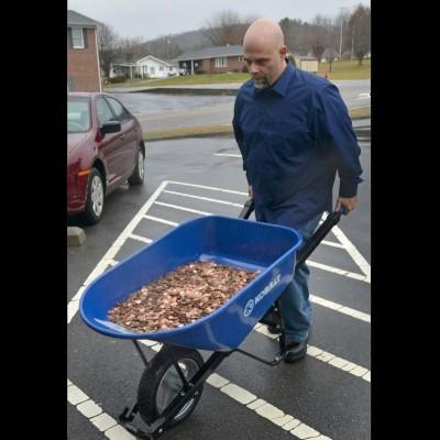 斯塔福德推动满载硬币的手推车。