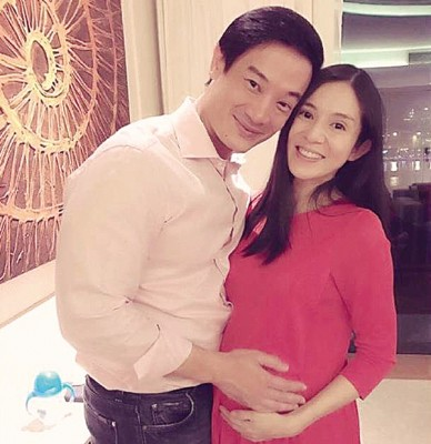 杨采妮放上与老公的合照,大方秀孕肚。