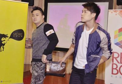 小东(右)送时尚包包给车子,贪玩的两人耍酷摆起模特儿Pose。