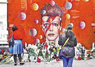 不少歌迷到大卫宝儿生前的住所及附近献花悼念。