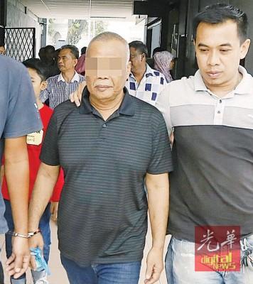 周一下午落网的男子(左)于周二上午被警方带往法庭申请延扣助查。