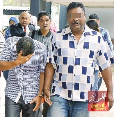 另两名被警方带往法庭申请延扣助查的男子,一人(左)低头遮脸不愿面对镜头,另一人(右)则没有躲避镜头。