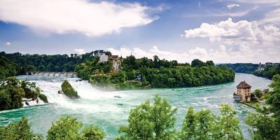 莱茵河大瀑布气势浩瀚,如万马奔腾。