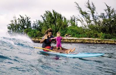年纪轻轻的1岁3个月大女婴利马所以懂得滑浪,全靠其父是专业滑浪选手。