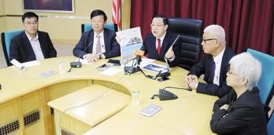 首长林冠英(中)向媒体发表谈话,右起章瑛、彭文宝,左起黄汉伟及曹观友。