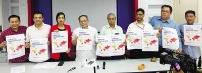 林吉祥(左4)在陪同下透露国际透明组织的贪污指数报告;右4阿立芬奥玛。