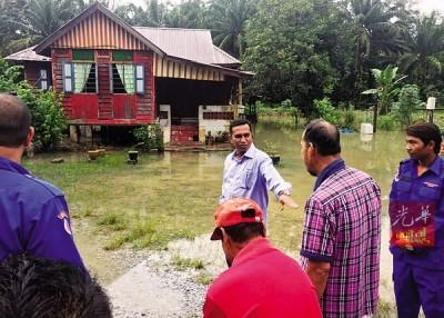 霹雳州行政议员拿督再诺前往冷甲的甘榜古鲁德恭巡视灾情。