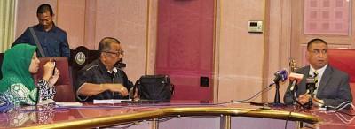 沙拉尼(右)出席霹雳州行政议会后,向媒体发表谈话。