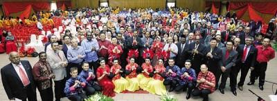 怡保市政厅各部门领导层高官、怡保市议员及舞蹈员,拱手向各界祝贺新年。