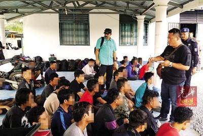 水警在行动中逮捕43人,分别是3名人蛇及40名印尼偷渡客。