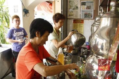 林凤琼正为客人准备凉茶。