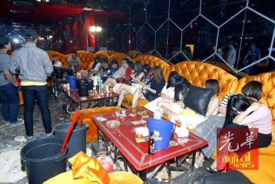 武吉阿曼警方展开扫黄行动,扣留53名外籍女郎。