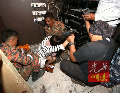 1名躲藏在暗格的外籍女子被警方强拉出来。